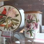 Porcelana z motywami różanecznika (Rhododendron).