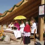 Poświęcenie kaplicy św. Franciszka biskup świdnicki prof. Ignacy Dec i kanonik H. Sobolik Wojsławice 29 maja 2005 r. HGN